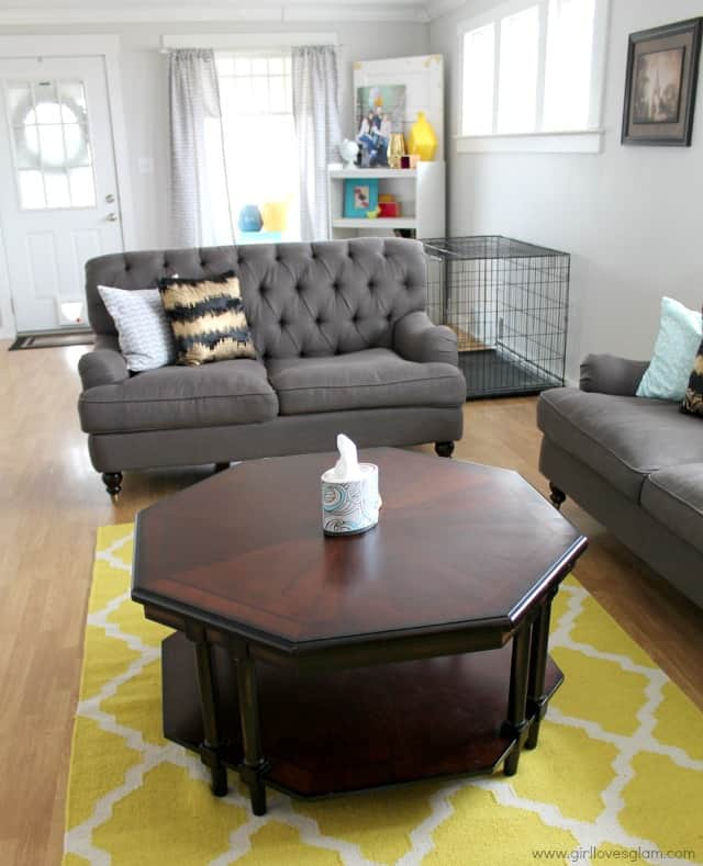 Modern and functional living room on www.girllovesglam.com #homedecor