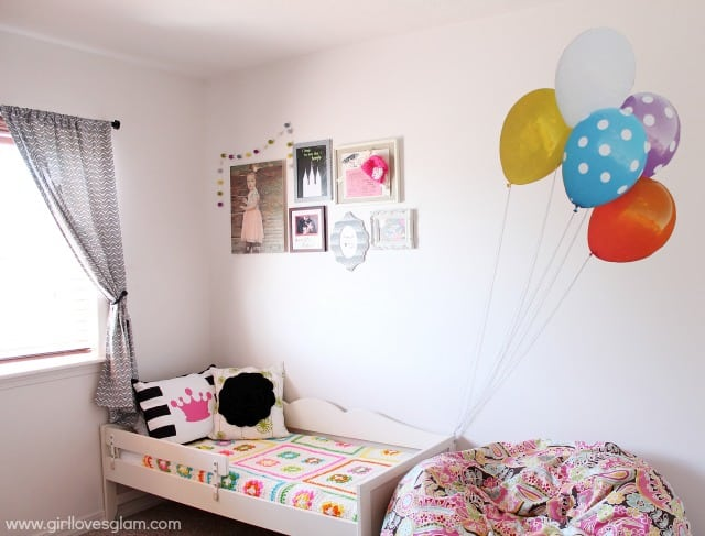 Kid bedroom with flying balloons on www.girllovesglam.com