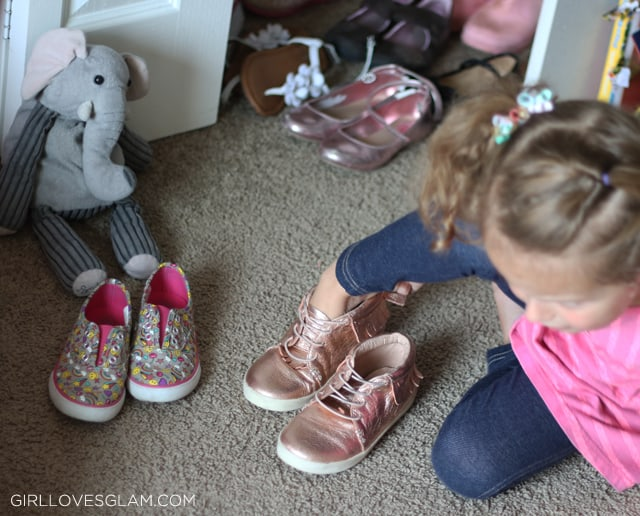 Teaching Kids to Put on the Correct Shoes on www.girllovesglam.com