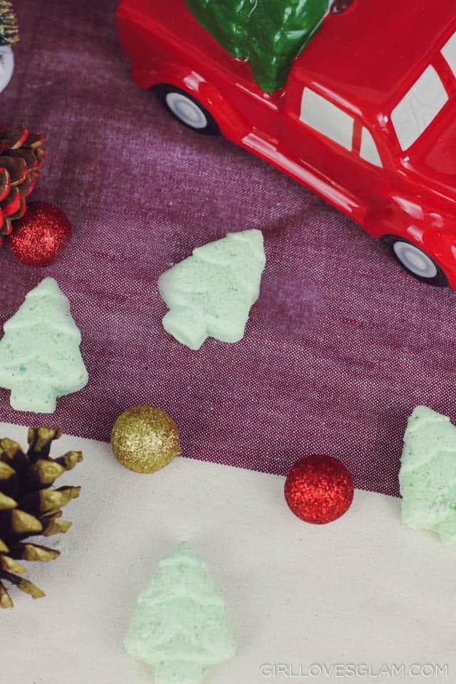 Christmas Bath Bomb Recipe on www.girllovesglam.com